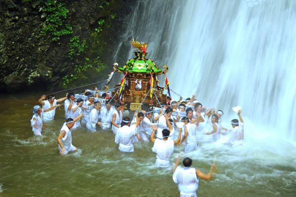 神輿の滝浴び_02